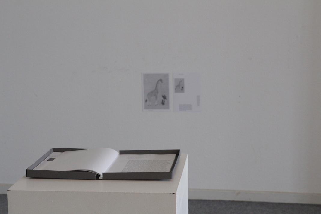 Das Buch von Sofia auf einem Sockel