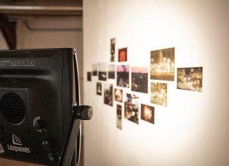 Eine Fotowand mit Scheinwerfern beschienen.