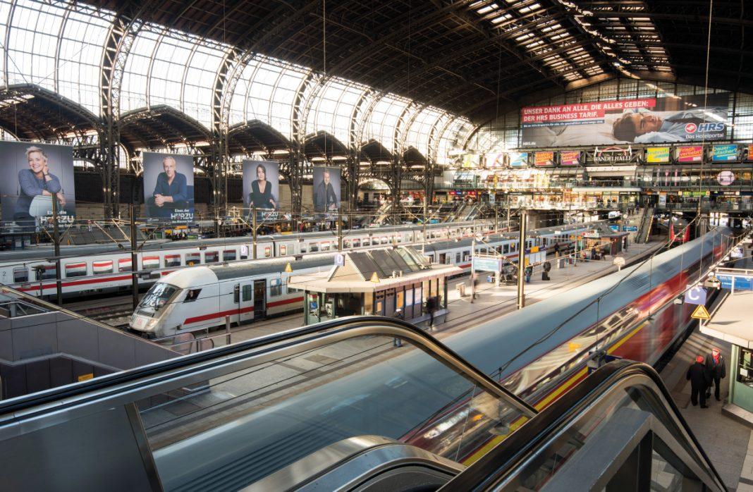 Blick in den Hamburger Hauptbahnhof und auf die Züge