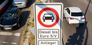 Ein Fahrverbotsschild für Fahrzeuge mit Diesel-Motor bis Euro5 steht an der Max-Brauer-Allee.