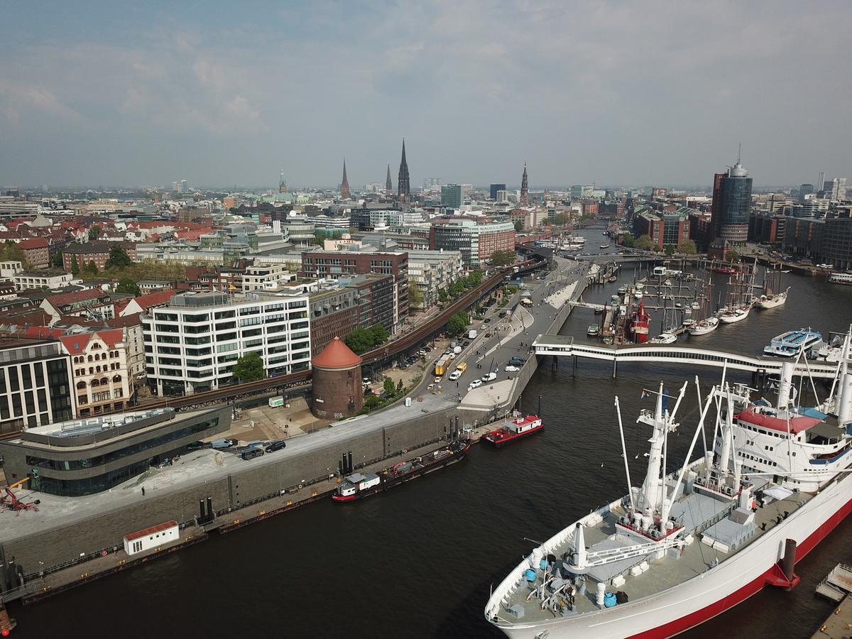 Blick von der Elbe auf den neuen Elb-Boulevard und den Michel im Hintergrund