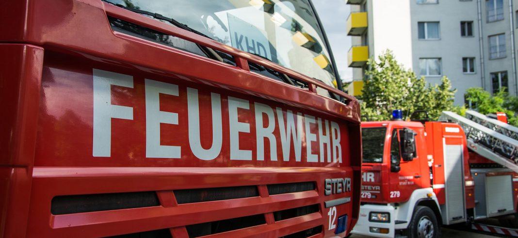 Die Vorderseite eines Feuerwehrautos mit dem Schriftzug