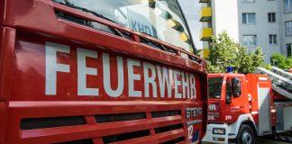 """Die Vorderseite eines Feuerwehrautos mit dem Schriftzug """"Feuerwehr"""""""