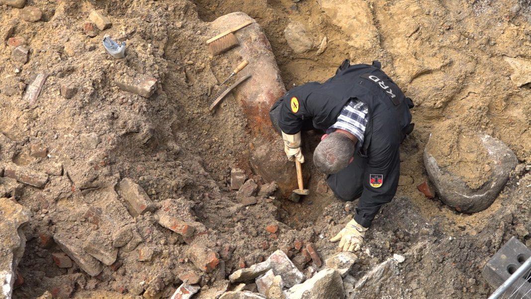 Ein Mitarbeiter des Kampfmittelräumdienstes der Feuerwehr Hamburg bereitet eine englische 250-Kilogramm-Bombe zur Entschärfung vor.