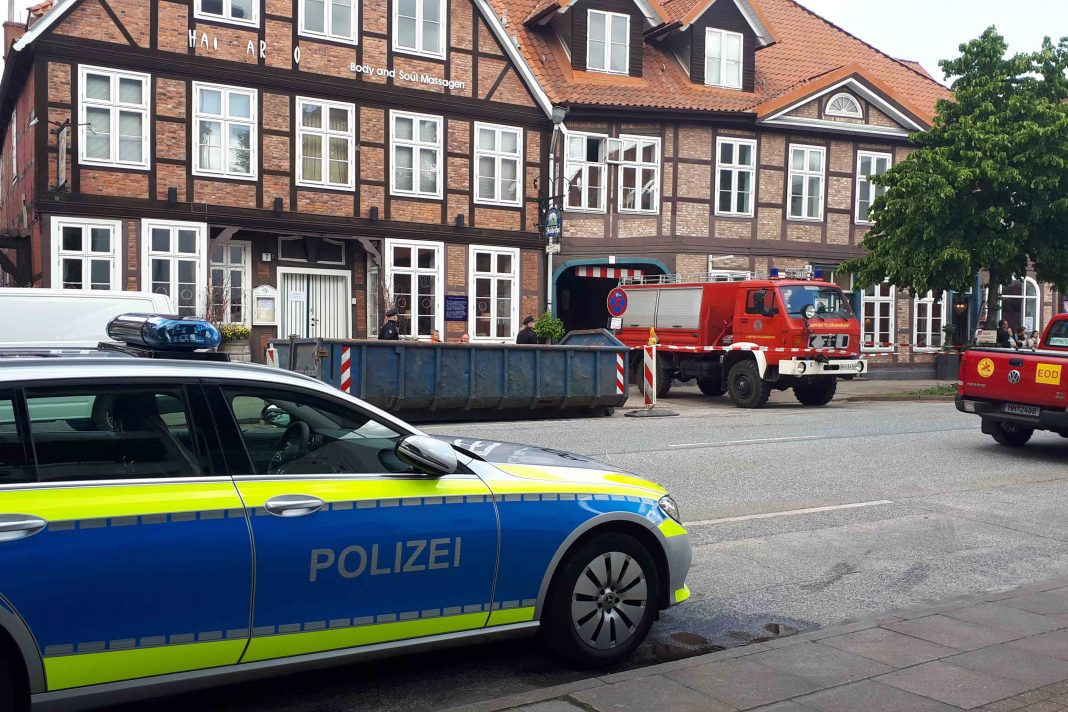 Einsatzkräfte der Feuerwehr und Polizei stehen am Fundort einer englischen 250-Kilogramm-Bombe mit Heckaufschlagzünder.