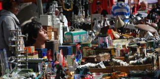 Diverse Trödel auf einem Flohmarkt.