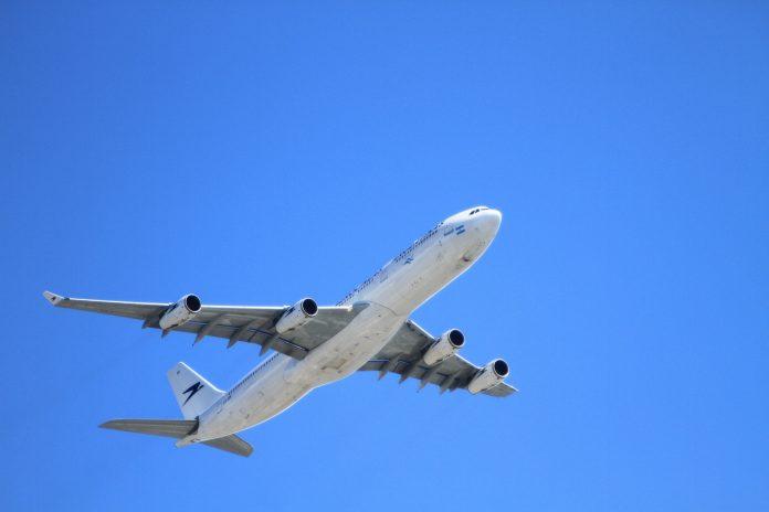 Flugzeug fliegt durch den Himmel.