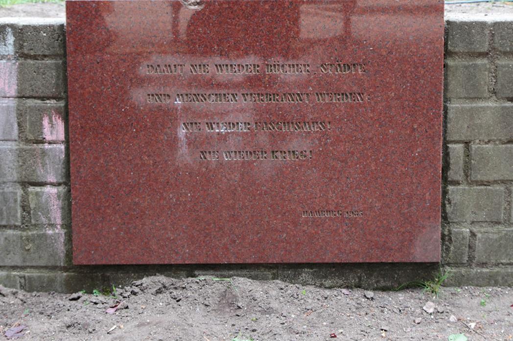 Tafel mit der Aufschrift: Damit nie wieder Bücher, Städte und Menschen verbrannt werden. Nie wieder Faschismus! Nie wieder Krieg!