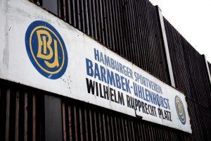 Namesschild aus dem alten BU-Stadion über dem neuen Stehbereich.