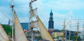 Altes Segelschiff auf der Elbe, im Hintergrund das Elbufer und die St. Michaelis Kirche (Michel)