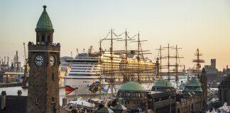 """Das Kreuzfahrtschiff """"Aidaperla"""" fährt beim Hafengeburtstag an den Landungsbrücken vorbei."""