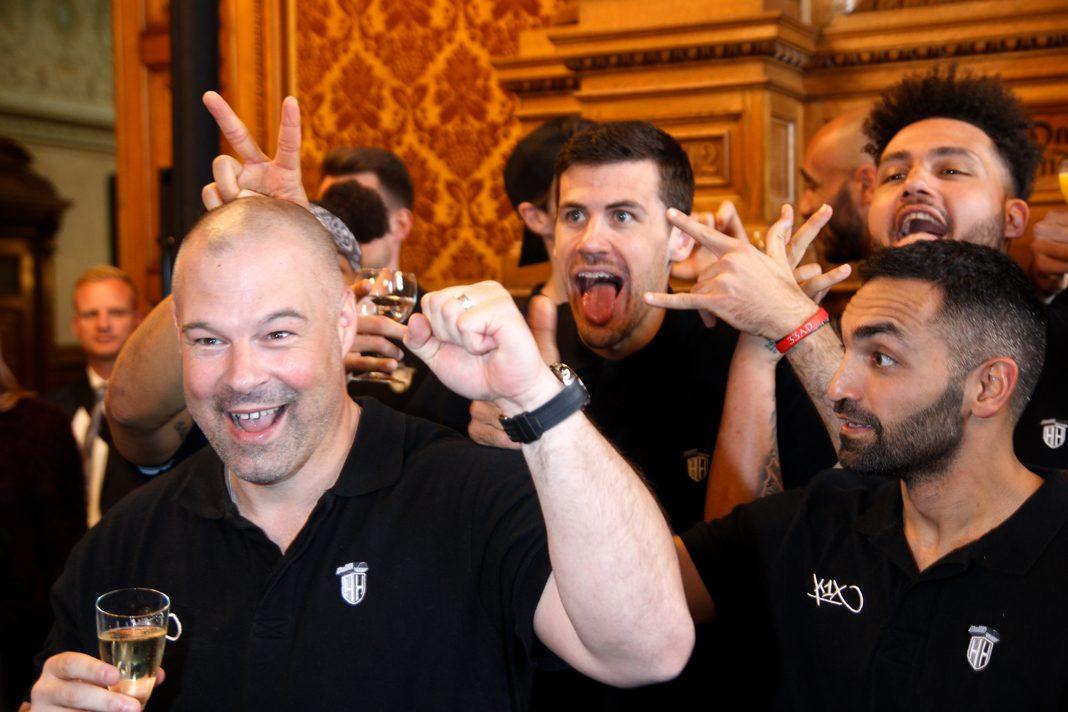 Towers-Coach Mike Taylor scherzt beim Rathausempfang mit seinen Spielern.