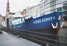 Das Hamburger Theaterschiff von vorne.