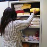 Carina Föllmers räumt Handtücher ein.
