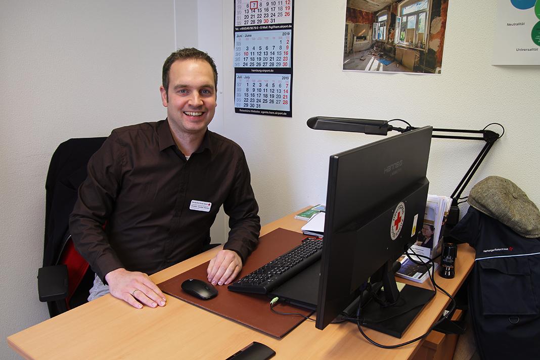 Thorben Goebel-Hansen sitzt an seinem Schreibtisch.