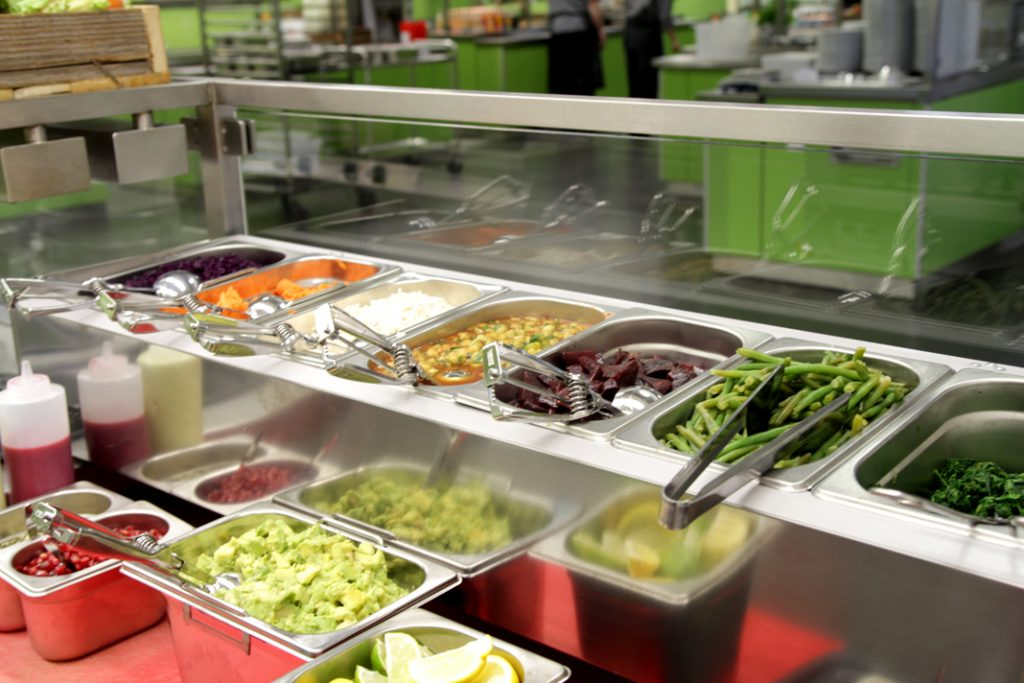 Die Behälter an der Bowl-Station sind gefüllt. Unter anderem mit Reis, Grünen Bohnen, Spinat, Avocado und Roter Beete