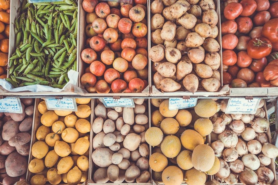 Verschiedene Obstsorten und Gemüse