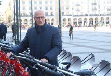 Erster Bürgermeister von Hamburg Peter Tschentscher neben Stadträdern