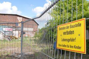 """Das Soulkitchen-Gelände ist umzäunt. Ab Bauzan hängt ein Schiild mit der Aufschrift """"Betreten der Baustelle verboten""""."""