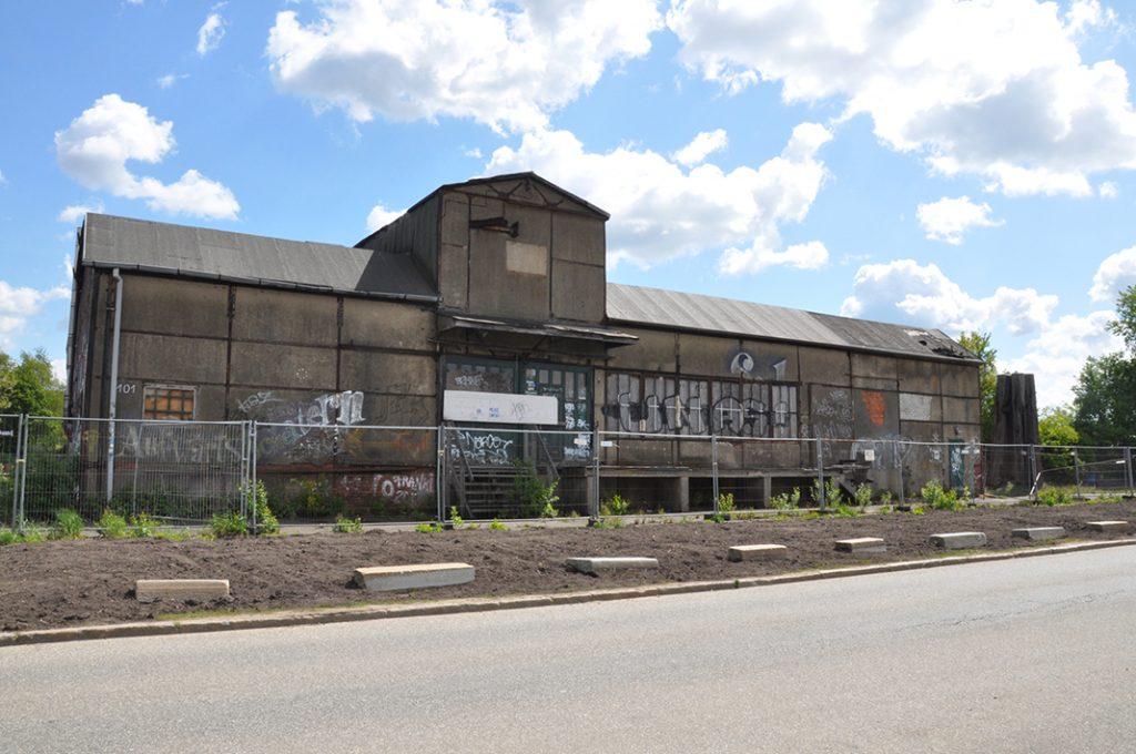 Die Frontseite der Soulkitchen-Halle mit Bauzaun davor.