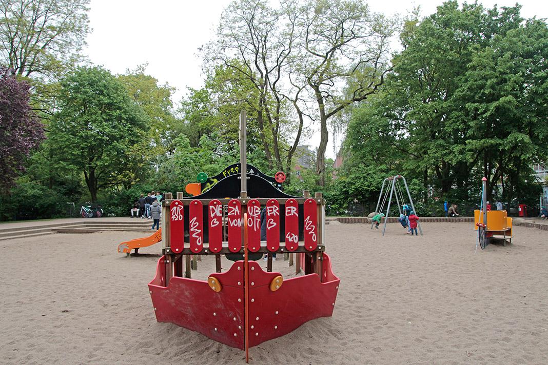 Ein Spielplatz vor dem Mahnmal am Kaiser-Friedrich-Ufer.