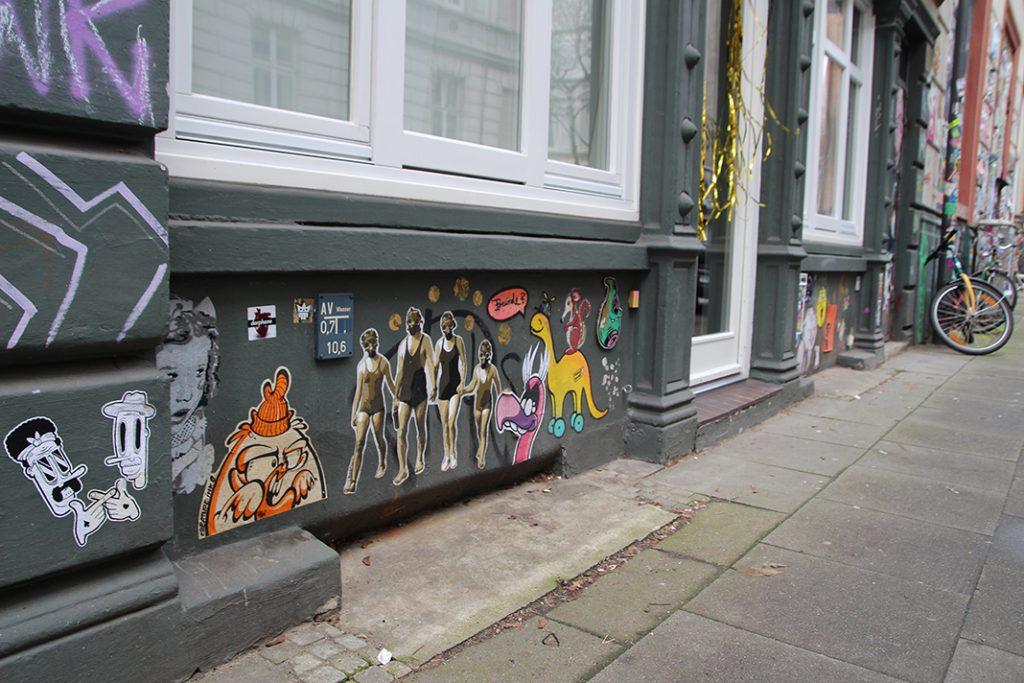 Sticker und Paste-Ups an einer Wand im Karoviertel.