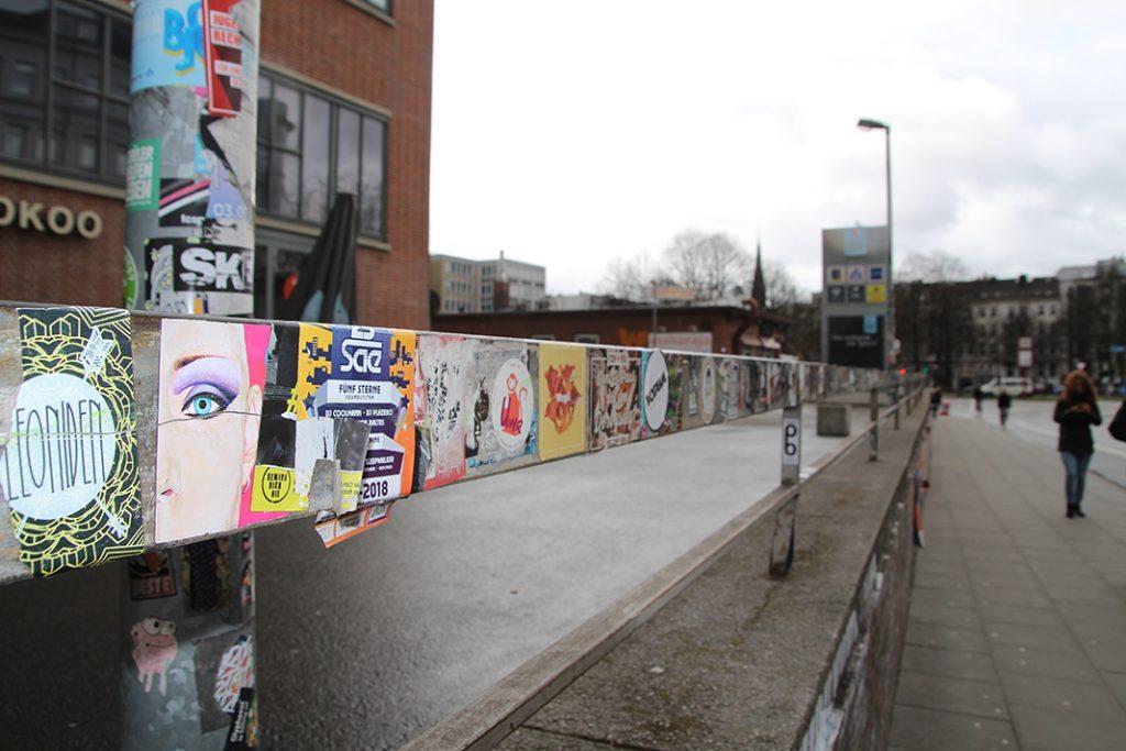 Viele Sticker an einem Gelände vor der Rindermarkthalle.