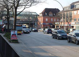 Die August-Krogmann-Straße in Farmsen mit dem U-Bahnhof im Hintergrund.