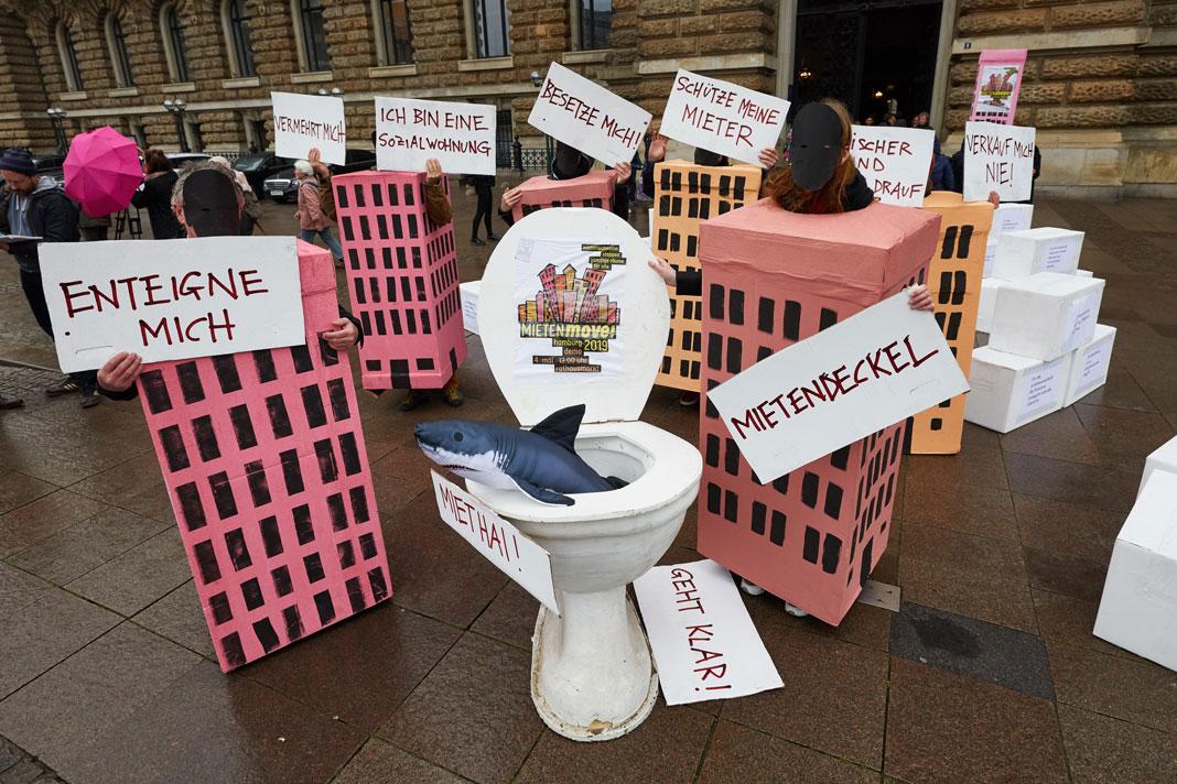 Zum Warm Up des Mietenmoves machten die Organisator*innen als Häuser verkleidet auf die Demonstration am Samstag aufmerksam.