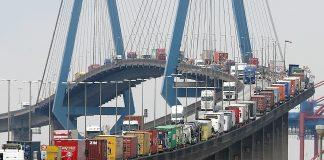 Container-LKW stauen sich auf der Köhlbrandbrücke im Hamburger Hafen