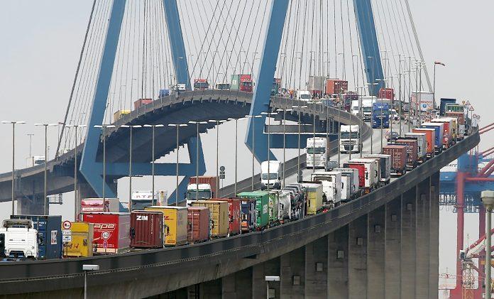 Sperrung der Köhlbrandbrücke: Container-LKW stauen sich auf der Köhlbrandbrücke im Hamburger Hafen.