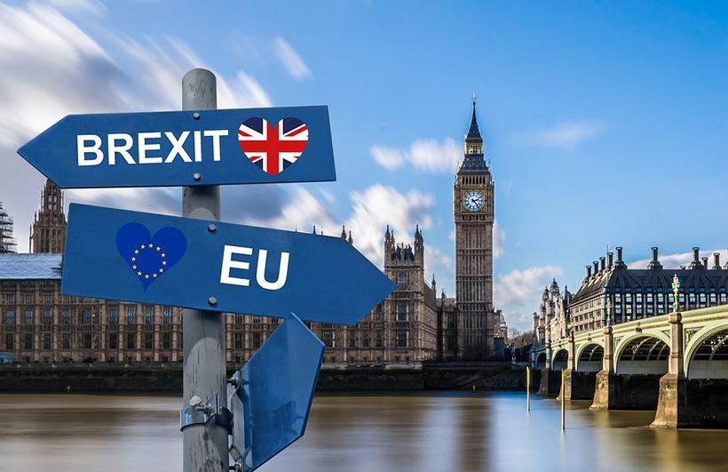 Ein EU-Schild und ein Brexit-Schild zeigen in verschiedene Richtung, im Hintergrund der Big Ben