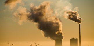 Kohlekraftwerk Mehrum mit Windrädern im Hintergrund
