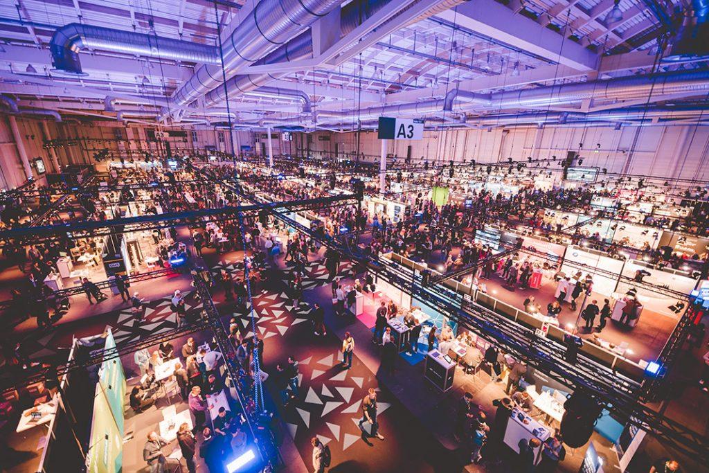 OMR Konferenz 2018 - Blick von oben über die Ausstellerhalle mit mehreren Hundert Ständen