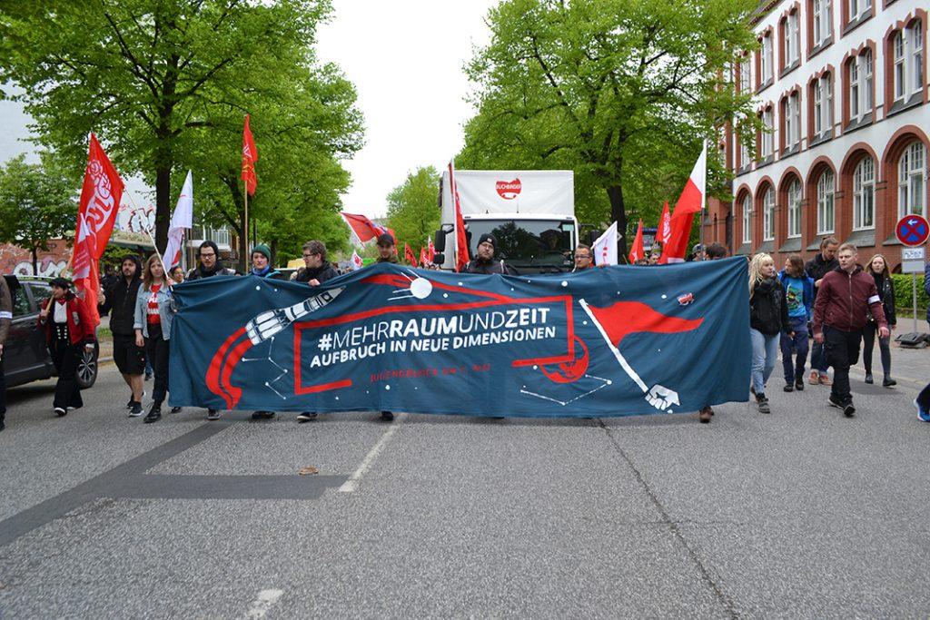 Junge Menschen trugen einen Banner durch die Straßen, auf dem sie mehr Raum und Zeit forderten.