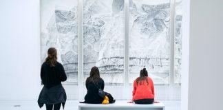 Drei Besucher betrachten ein Bild in den Deichtorhallen