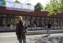Laurenz Rau vor dem Banner auf dem HAW Campus Finkenau