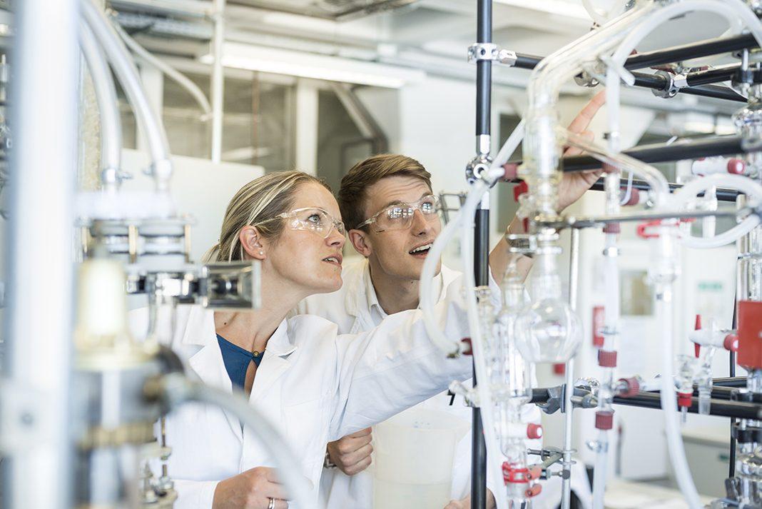 Studentin und Student im Labor der Verfahrenstechnik