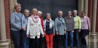 Frauengruppe steht vor dem Hamburger Mariendom. Dort soll eine Aktion zu Maria 2.0 stattfinden.