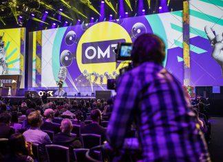 Publikum vor der Bühne der OMRs, ein Besucher fotografiert mit seinem Handy