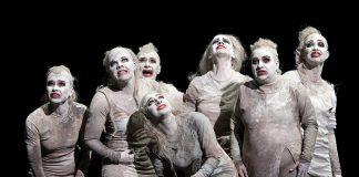 """Sieben Schauspielerinnen in """"Die Orestie"""""""