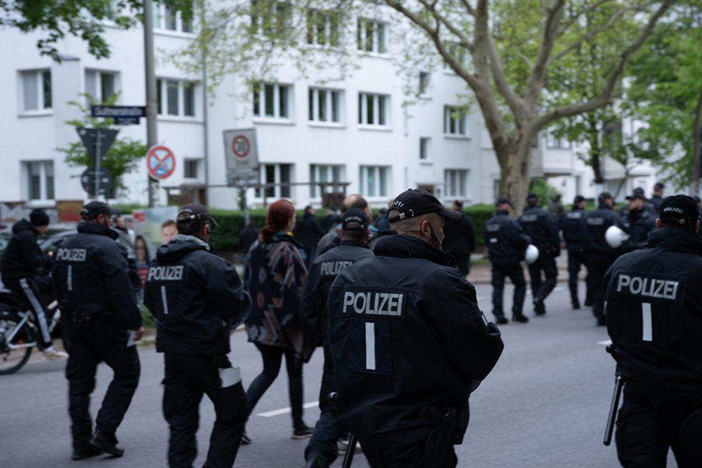 Die Hamburger Polizei läuft mit den Demonstrierenden mit.