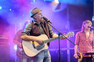 Künstler mit Gitarre auf der Bühne des Kulturflut Festival