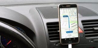 Smartphone im Auto mit geöffneter Nunav Navigationsapp