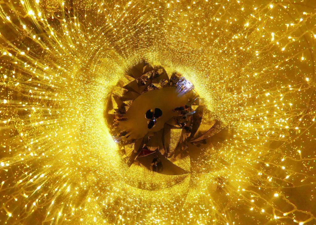 Ein Planet mit goldenen Lampen
