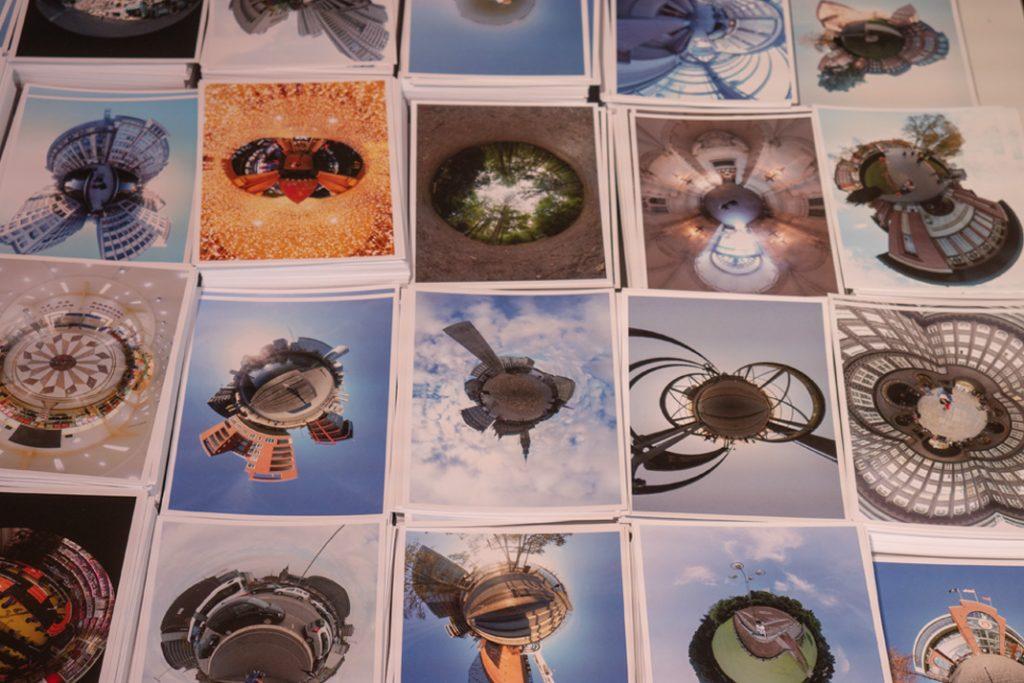 Hunderte von Postkarten auf einem Tisch