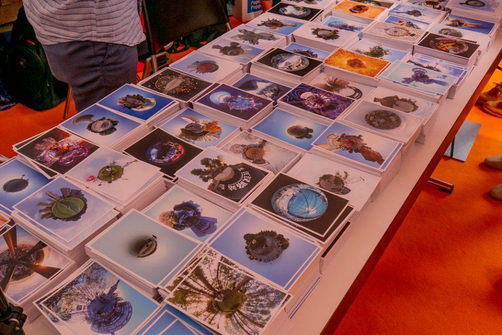 Hunderte postkarten auf einem Tisch