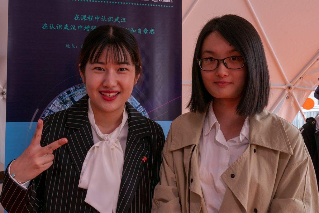 Zwei chinesische Studentinnen posieren vor der Kamera