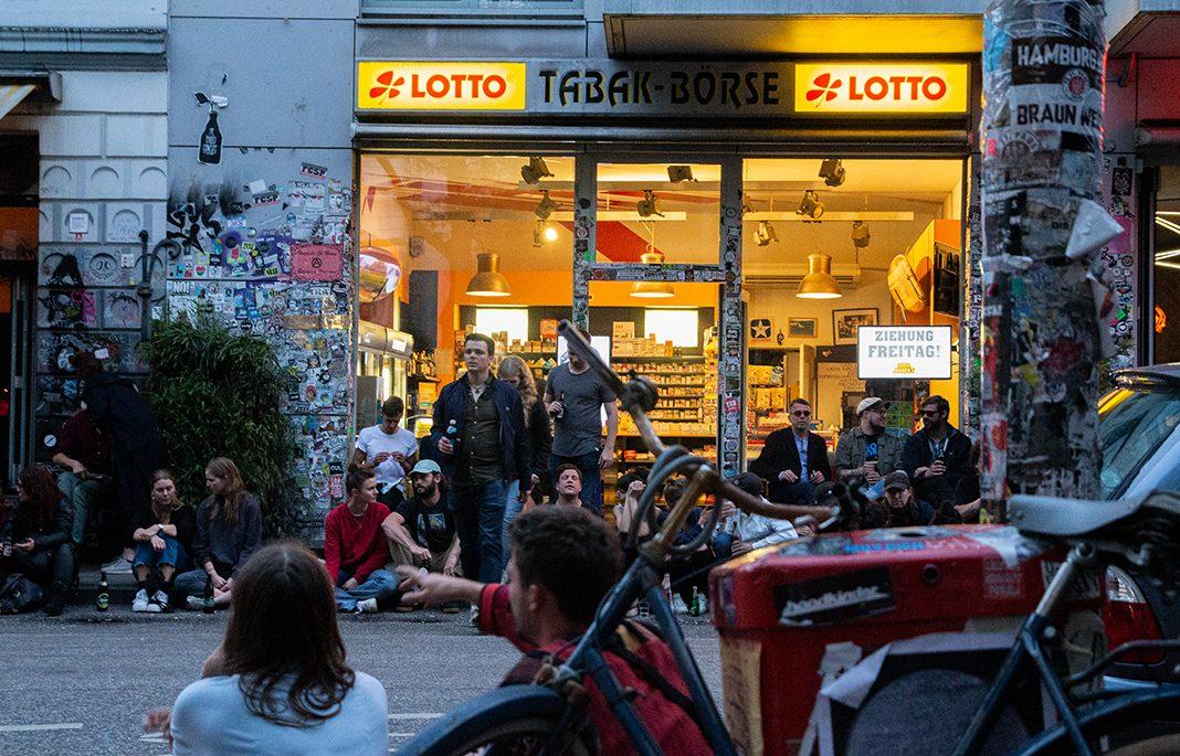 Cornernde Menschen an der Tabakbörse zwischen St. Pauli und Schanze. Foto: Max Nölke