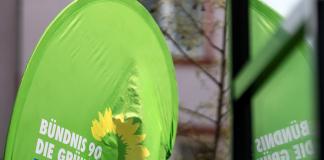 Grünen-Aufsteller-vor-Fenster